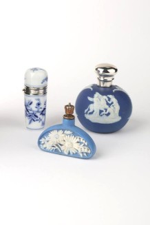 """Onion Pattern"" Meissen scent bottle_Wedgwood scent bottle_Daisies crown top scent bottle ©magnani collection"